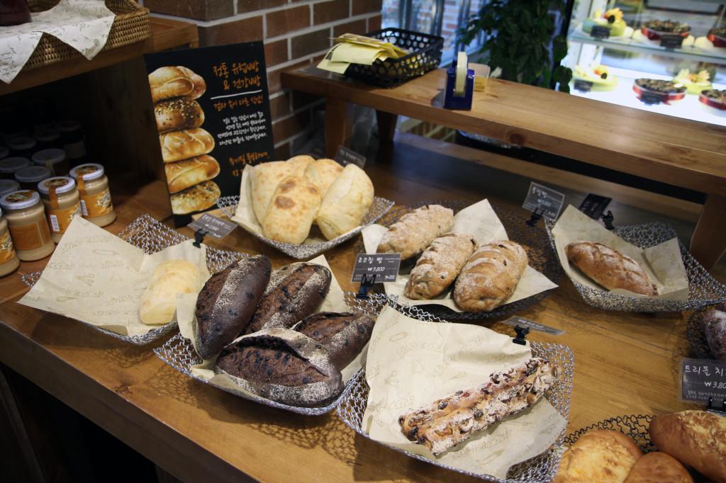 Ciabattas (rye, cranberry walnut, cheese, chocolate, etc.): 2300-3800KRWGerman potato bread: 2500KRWBaguette: 3800KRWPre-sliced whole grain loaf (잡곡식빵): 3800KRWWhole wheat loaf: 5000KRWChocolate chip boule: 6000KRW